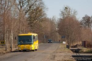 25.03.2012, Wilkszyn, ul. Marszowicka. Krzywy autobus przemierza właśnie drogę, która w niedługim czasie zostanie wyremontowana. Z tej okazji 923 będzie jeździło objazdem, a w Miłoszynie zawracać będzie linia 723. fot. Wojciech Dembski.