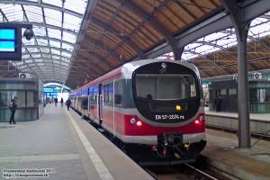 11.02.2013, Wrocław Główny peron 2. EN57-2074 oczekuje na swoją godzinę odjazdu.