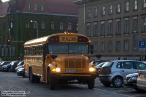 """18.05.2013, Wrocław, parking przed Urzędem Wojewódzkim. Amerykański """"school bus"""" czeka na załadowanie kompletu pasażerów chcących zwiedzić Muzeum Motoryzacji """"Topacz""""."""