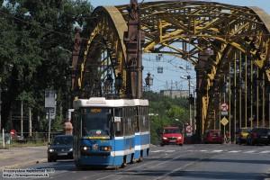 """23.07.2013, Wrocław ul. Skłodowskiej-Curie. Skład 2426+2431 """"gna"""" z prędkością 10km/h na przystanek Kliniki."""