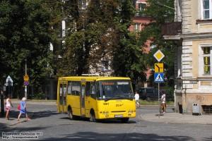24.07.2013, Wrocław ul. Trzmielowicka. Bogdan na linii dowozowej 717 skręca w ul. Rubczaka.