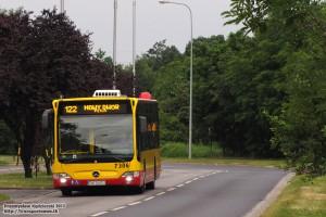 """24.06.2013, Wrocław ul. Rogowska. Mercedes u celu podróży - pętli """"Nowy Dwór - pętla""""."""
