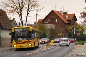 """16.10.2013, Wrocław ul. Bora-Komorowskiego. Jelcz na linii 130 zmierza w kierunku pętli """"Pawłowice (Widawska)""""."""