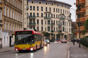 05.11.2013, Wrocław ul. Żeromskiego. Volvo na tle okazałej kamienicy na rogu ul. Prusa.