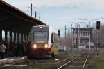 15.12.2013, Świdnica Miasto. Pociąg osobowy do Legnicy zaraz opuści świdnicki dworzec. Tłum na stacji oczekuje przyjazdu pociagu z Wrocławia, jednak ten został opóźniony przez pociąg widoczny na zdjęciu.