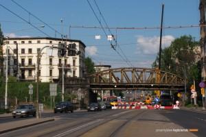 29.04.2014, Wrocław ul. Grabiszyńska. Wiadukt krok po kroku jest demontowany.