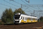 19.10.2014, Wrocław Żerniki. Newag Impuls 31WE-001 jako pociąg osobowy do Węglińca wyjeżdża ze stacji.