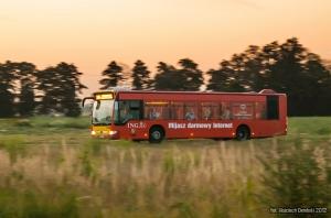 1.07.2012, Wrocław ul. Rdestowa. Mercedes na nocnym kursie linii 249 do Lotniiska. fot. Wojciech Dembski.