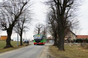 20.02.2017, Biskupice Podgórne, ul. Polna. Autosan na linii 852a. fot. Paweł Rząsowski.